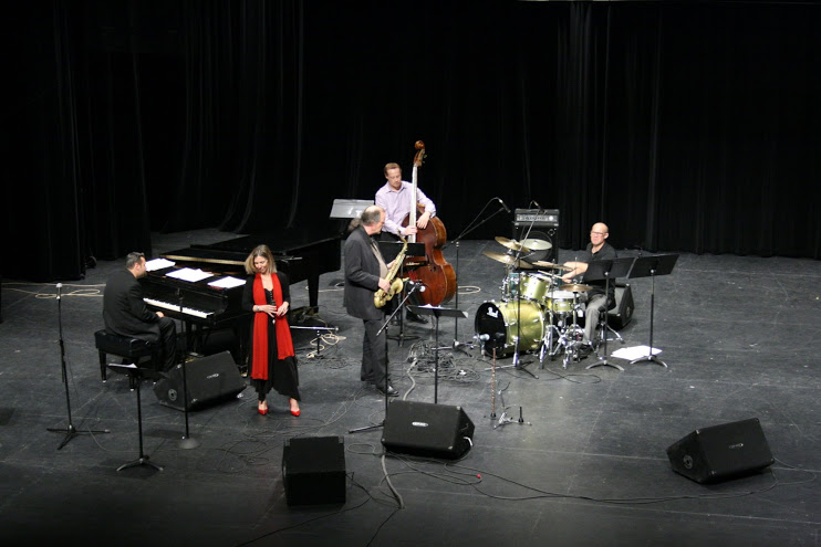 Suzi quintet overhead shot on stage